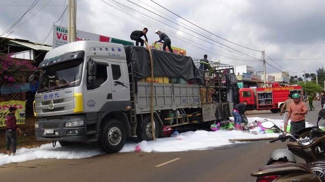 Xe tải bốc cháy ngùn ngụt, tài xế kịp tấp vào lề - Ảnh 1.
