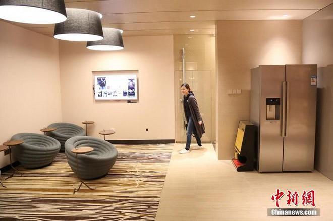 Ảnh, video: Trung tâm thương mại mở phòng gửi chồng cho vợ đi mua sắm - Ảnh 2.