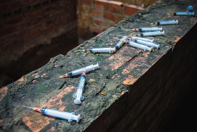 """Đột nhập khu biệt thự thành """"thiên đường"""" của các con nghiện ở Hà Nội - Ảnh 1."""