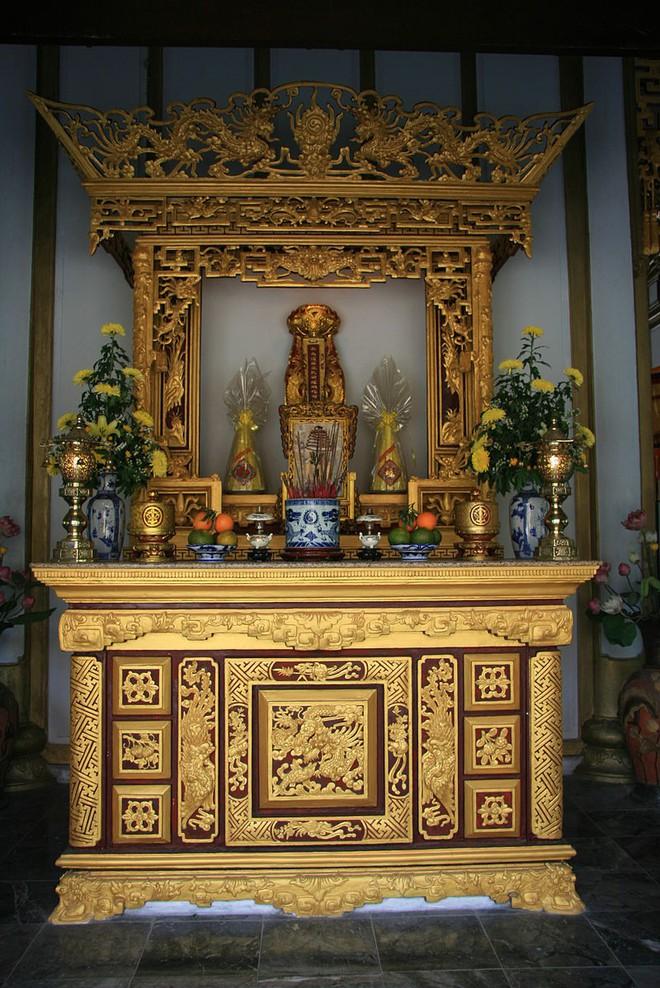 Bàn thờ Đoàn Nhữ Hài tại Huyền Trân Công Chúa điện, Huế