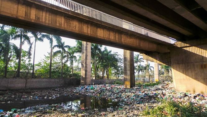 Bãi rác ngập dưới chân cầu Thăng Long - Ảnh 2.