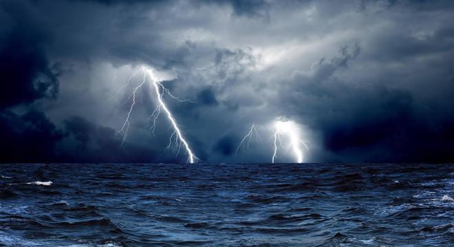 Săn bão: Xuyên vào luồng khí chực xé toạc máy bay thành từng mảnh - Ảnh 1.