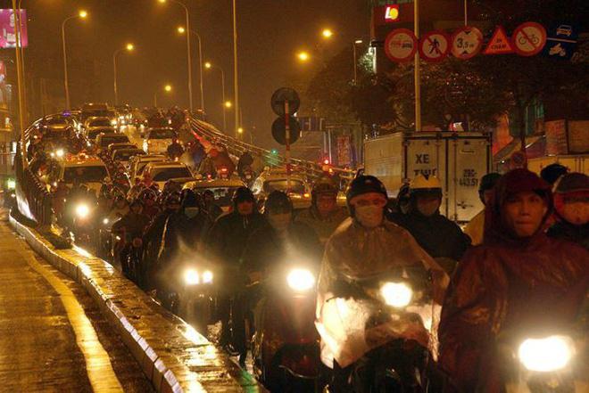 Hàng ngàn người dân Thủ đô chôn chân trong mưa rét vì tắc đường - Ảnh 1.