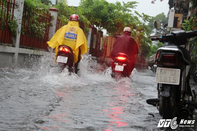 Mưa trắng trời Sài Gòn, hàng loạt tuyến đường chìm trong biển nước - Ảnh 11.