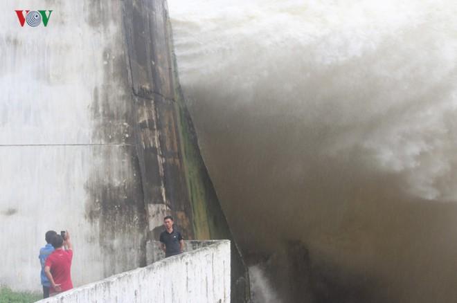 Ảnh: Háo hức chụp hình, xem Thủy điện Hòa Bình mở cửa xả đáy - Ảnh 20.