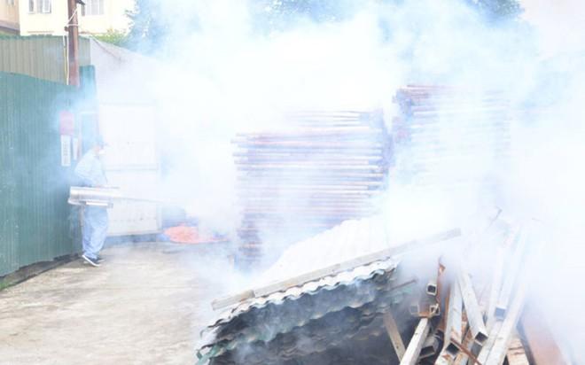 Bộ trưởng Y tế kiểm tra tại ổ dịch sốt xuất huyết Thuỵ Khê - Tây Hồ - Ảnh 10.