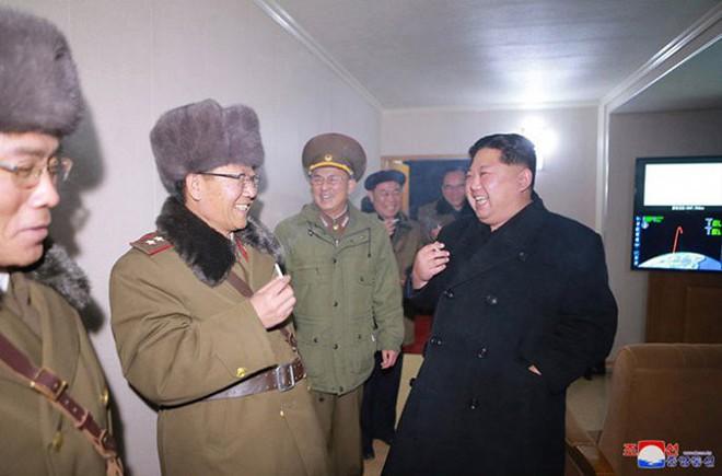 Ông Kim Jong-un cười tươi chỉ đạo phóng tên lửa có thể vươn đến Washington - Ảnh 11.