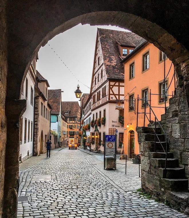 Chiêm ngưỡng vẻ đẹp cổ tích của 25 con phố rực rỡ khắp nơi trên thế giới - Ảnh 11.