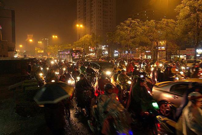 Hàng ngàn người dân Thủ đô chôn chân trong mưa rét vì tắc đường - Ảnh 10.