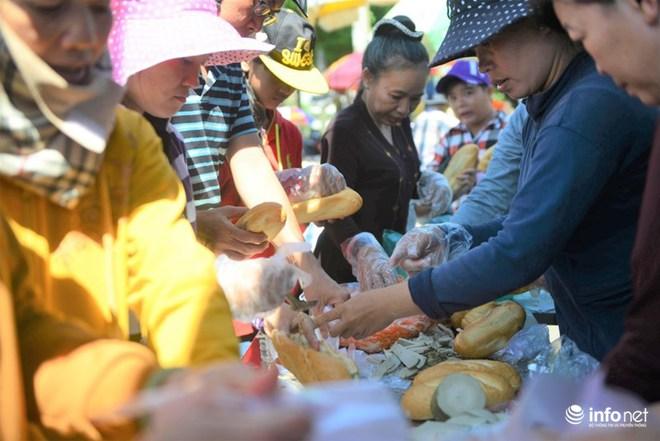 Chùa Bà Thiên Hậu: Du khách xúc động nhận nước uống, đồ ăn, giữ xe miễn phí - Ảnh 11.