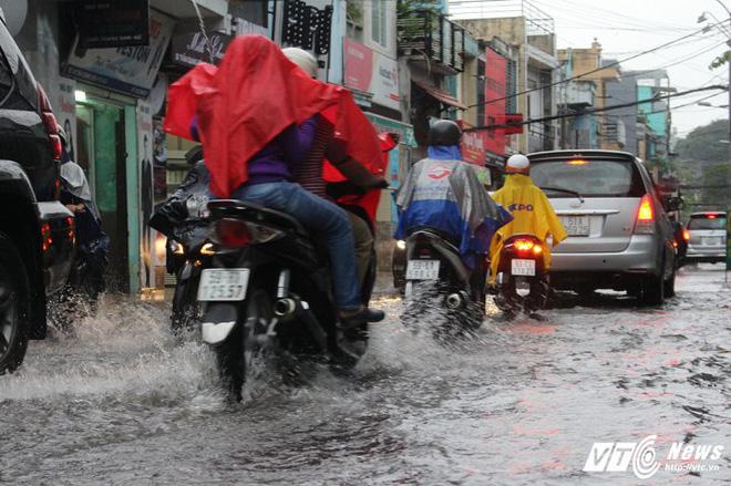 Mưa trắng trời Sài Gòn, hàng loạt tuyến đường chìm trong biển nước - Ảnh 12.