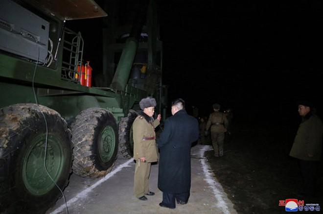Chi tiết quá trình chuẩn bị phóng tên lửa có thể vươn đến Washington của Triều Tiên - Ảnh 12.