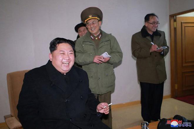 Ông Kim Jong-un cười tươi chỉ đạo phóng tên lửa có thể vươn đến Washington - Ảnh 12.