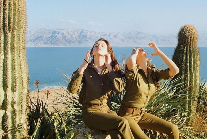 Vẻ đẹp đời thường đầy mê hoặc của các nữ quân nhân Israel - Ảnh 12.