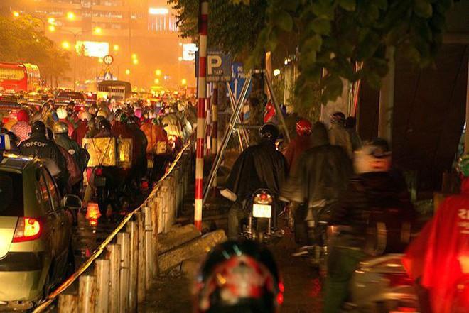 Hàng ngàn người dân Thủ đô chôn chân trong mưa rét vì tắc đường - Ảnh 11.