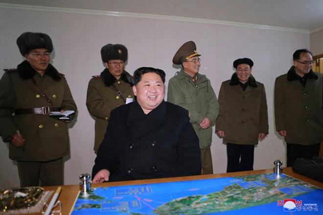Ông Kim Jong-un cười tươi chỉ đạo phóng tên lửa có thể vươn đến Washington - Ảnh 13.