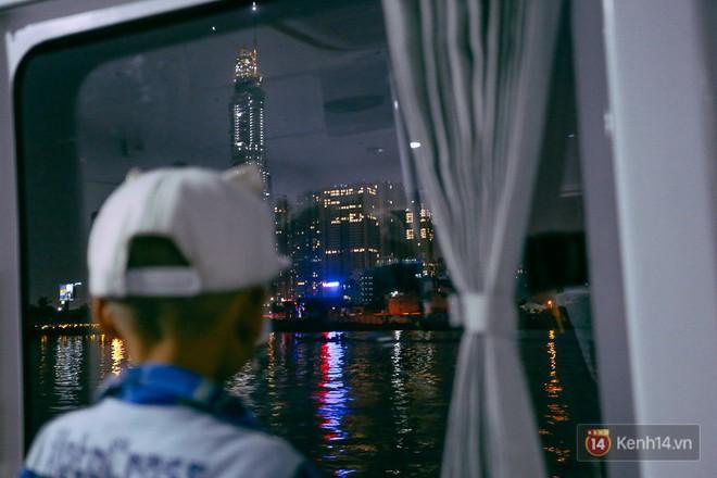 Buýt đường sông ở Sài Gòn cháy vé sau 10 ngày miễn phí, người dân chờ 2 tiếng mới được lên tàu - Ảnh 13.