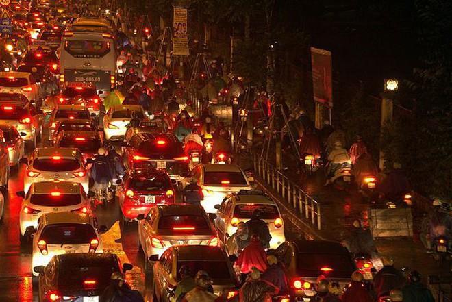 Hàng ngàn người dân Thủ đô chôn chân trong mưa rét vì tắc đường - Ảnh 12.