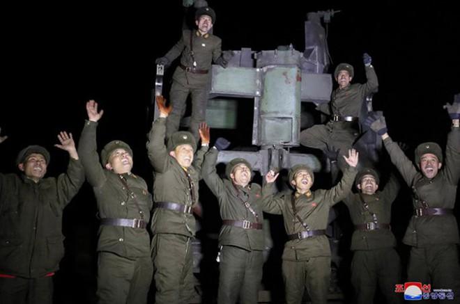 Ông Kim Jong-un cười tươi chỉ đạo phóng tên lửa có thể vươn đến Washington - Ảnh 15.
