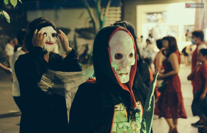 Đầu tư mùa Halloween, nhiều bạn trẻ Sài Gòn hóa trang rùng rợn trêu đùa trẻ em ở phố đi bộ Nguyễn Huệ - Ảnh 17.