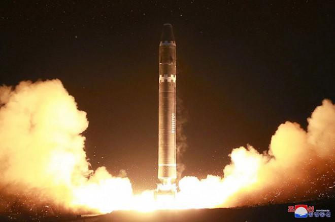 Chi tiết quá trình chuẩn bị phóng tên lửa có thể vươn đến Washington của Triều Tiên - Ảnh 17.