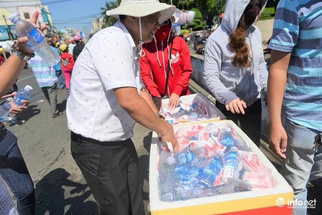 Chùa Bà Thiên Hậu: Du khách xúc động nhận nước uống, đồ ăn, giữ xe miễn phí - Ảnh 2.