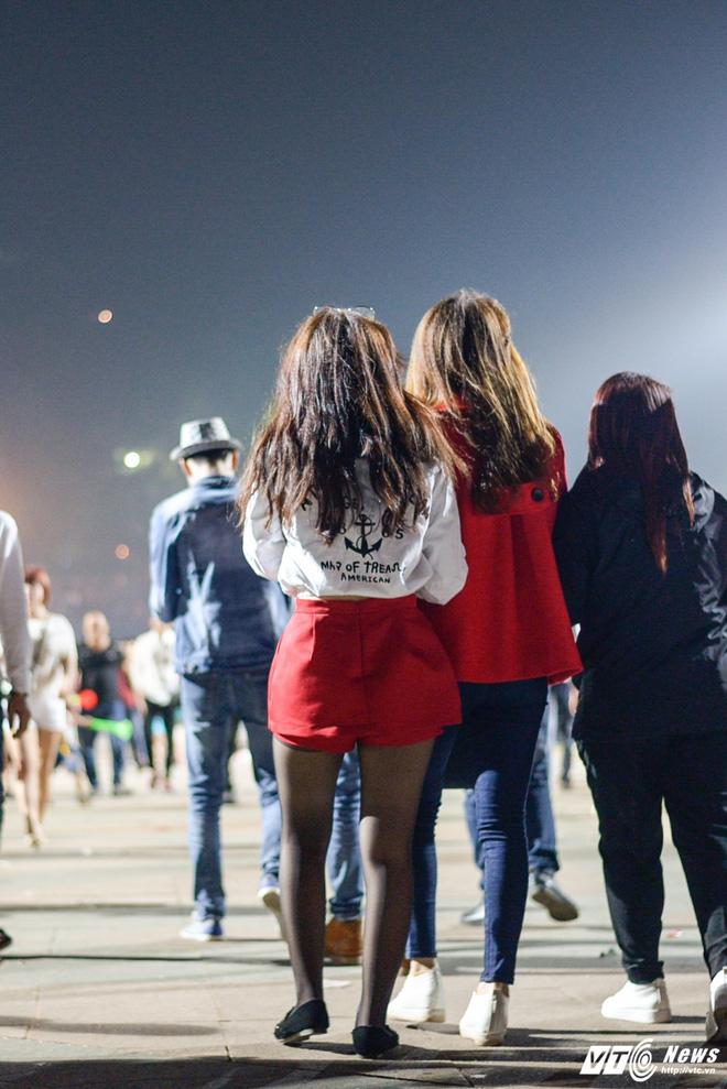 Lễ hội Đền Hùng 2017: Bất chấp cảnh báo, thiếu nữ váy ngắn vẫn hồn nhiên tung tăng - Ảnh 3.