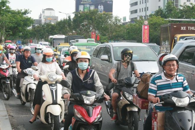 Kẹt xe, hành khách chạy thục mạng vào sân bay Tân Sơn Nhất - Ảnh 2.