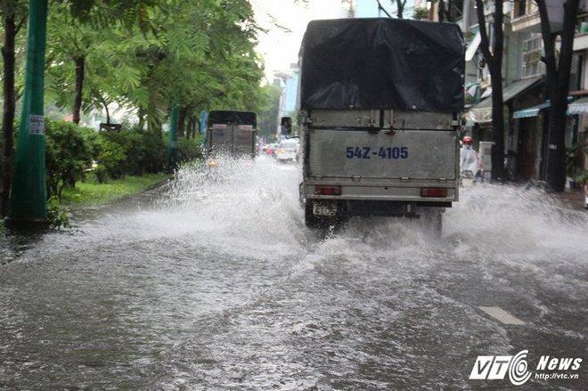 Mưa trắng trời Sài Gòn, hàng loạt tuyến đường chìm trong biển nước - Ảnh 3.