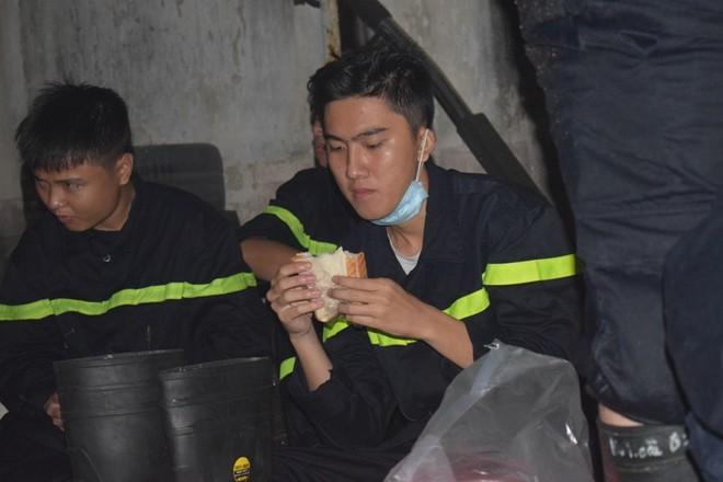 """Chữa cháy trong cảng Sài Gòn: """"Mai em thi Hóa, Lý"""" - Ảnh 3."""