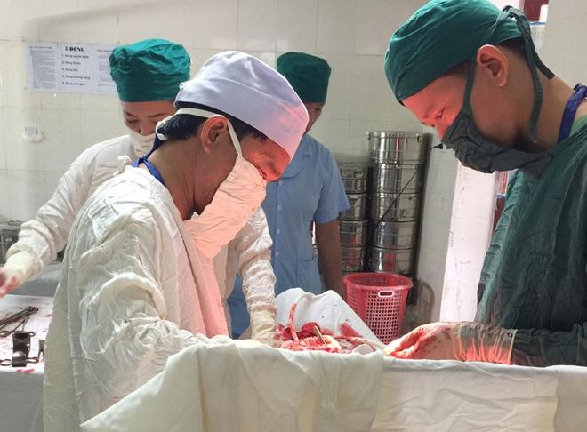 Hà Tĩnh: Phẫu thuật lấy thai cho sản phụ có khối u xơ tử cung nặng 2,8kg - Ảnh 1.