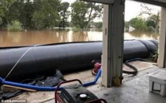 Mỹ: Ngôi nhà ở Houston vẫn sừng sững khô ráo giữa trận lũ lịch sử Harvey nhờ hệ thống đập tự xây giá 18.000 USD