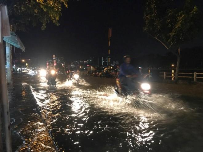 Triều cường vượt báo động, nhiều đường Sài Gòn ngập kinh hoàng - Ảnh 3.