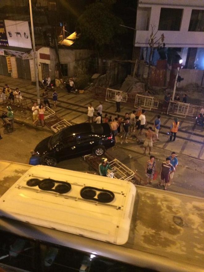 Hà Nội: Xe hơi mất lái húc bay rào chắn tàu hỏa ngã 4 Trường Chinh - Giải Phóng - Ảnh 3.
