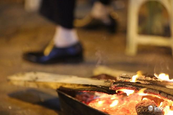 Nhiệt độ 11 độ C, người Hà Nội nổi lửa trên phố - Ảnh 3.