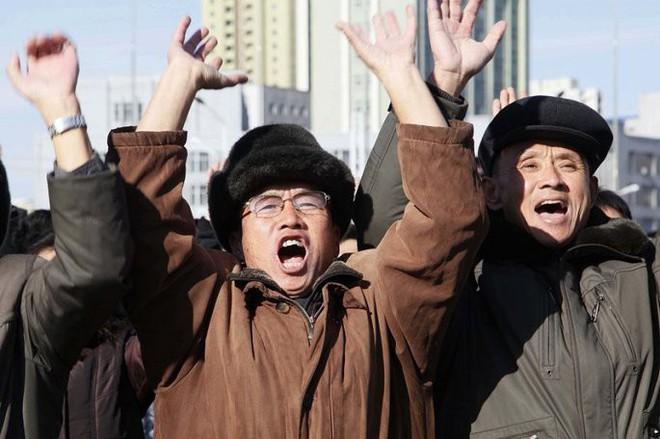 Ảnh: Dân Triều Tiên mừng rỡ xem thông báo thử tên lửa thành công - Ảnh 3.