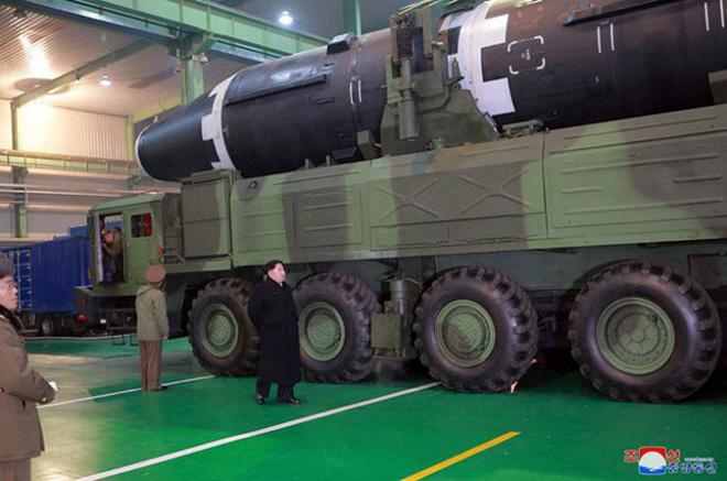 Chi tiết quá trình chuẩn bị phóng tên lửa có thể vươn đến Washington của Triều Tiên - Ảnh 3.