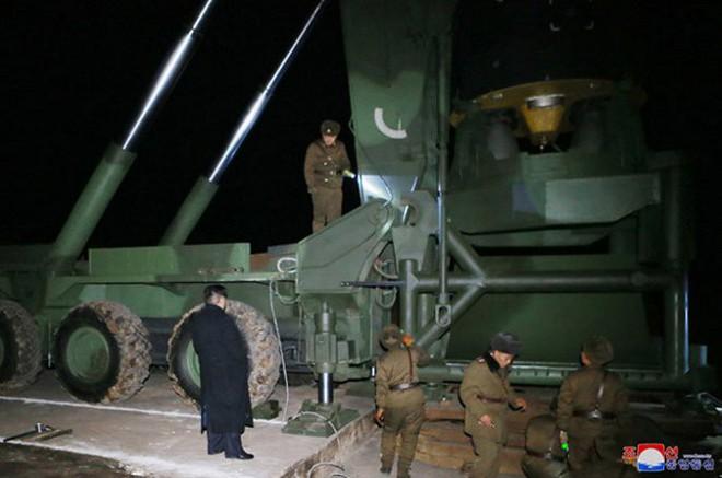 Ông Kim Jong-un cười tươi chỉ đạo phóng tên lửa có thể vươn đến Washington - Ảnh 3.