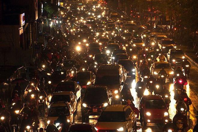 Hàng ngàn người dân Thủ đô chôn chân trong mưa rét vì tắc đường - Ảnh 2.