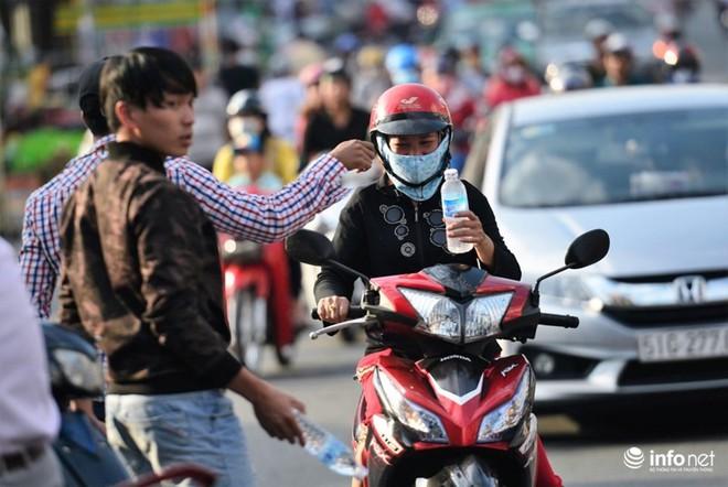 Chùa Bà Thiên Hậu: Du khách xúc động nhận nước uống, đồ ăn, giữ xe miễn phí - Ảnh 3.