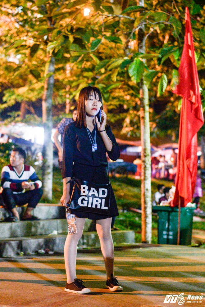 Lễ hội Đền Hùng 2017: Bất chấp cảnh báo, thiếu nữ váy ngắn vẫn hồn nhiên tung tăng - Ảnh 4.