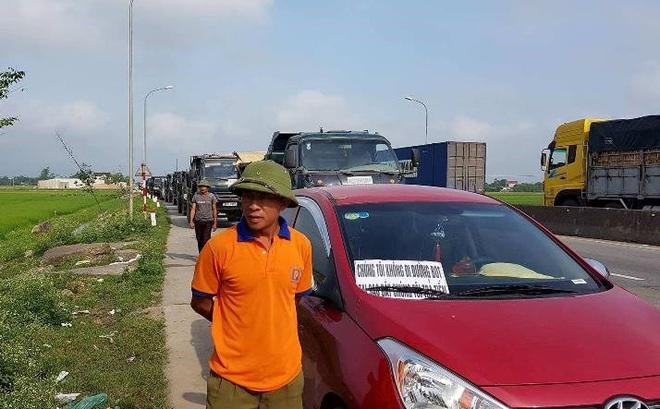 Hà Tĩnh: Hàng trăm phương tiện tập trung tại Cầu Rác yêu cầu miễn phí BOT