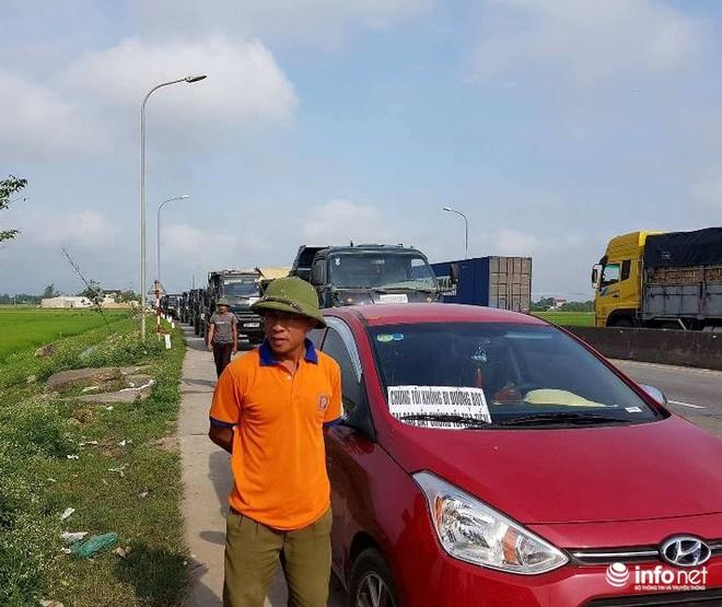 Hà Tĩnh: Hàng trăm phương tiện tập trung tại Cầu Rác yêu cầu miễn phí BOT - Ảnh 3.