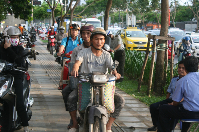 Kẹt xe, hành khách chạy thục mạng vào sân bay Tân Sơn Nhất - Ảnh 3.
