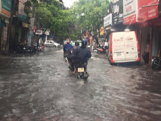 Mưa lớn đầu mùa, phố Hà Nội ngập sâu, giao thông ùn tắc - Ảnh 4.