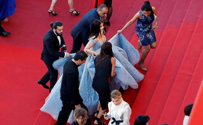 """5 người chạy theo nâng váy hộ """"Hoa hậu đẹp nhất mọi thời đại"""" Aishwarya Rai"""