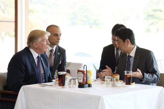 Hé lộ thực đơn đặc biệt nhiều tuổi hơn cả nước Mỹ của ông Trump ở Hàn Quốc - Ảnh 4.
