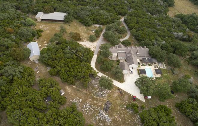 Ngỡ ngàng trước biệt thự xa hoa của nghi phạm xả súng ở Texas - Ảnh 4.
