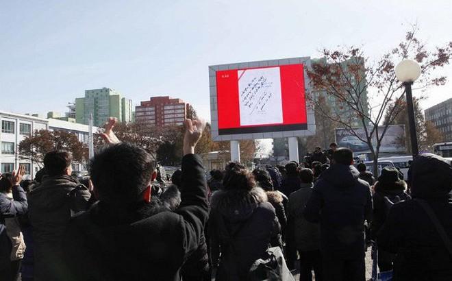 Ảnh: Dân Triều Tiên mừng rỡ xem thông báo thử tên lửa thành công