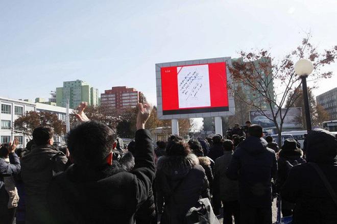 Ảnh: Dân Triều Tiên mừng rỡ xem thông báo thử tên lửa thành công - Ảnh 4.